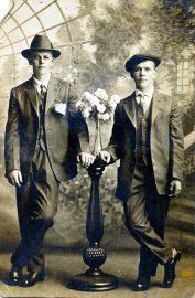Georg Henry Olsen (th), og trolig broren Gustav (tv), 1916